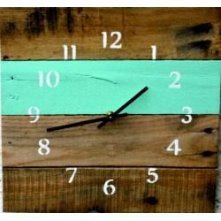 Dřevěné hodiny na chatu příroda.