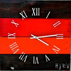 Dřevěné hodiny čas v červené oáze REED