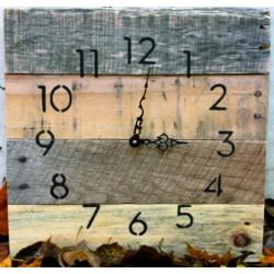 Dřevěné hodiny na stěnu. Už jsou tři?