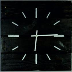 Dřevěné hodiny v černém plášti