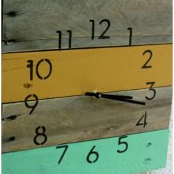 Dřevěné hodiny nástěnné jemný plážový nádech.