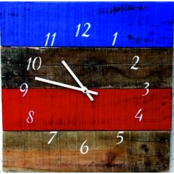 Dřevěné hodiny barevné kultivované na stěnu.