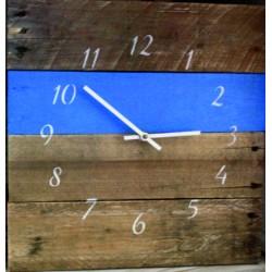 Hodiny ze dřeva barvy našeho času na stěnu.