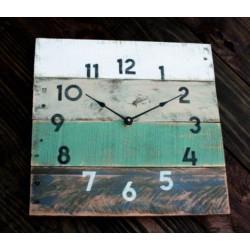 Dřevěné hodiny jemná modrá barva.