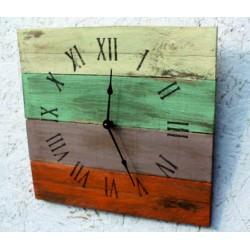 Dřevěné hodiny římská čísla a římský klid v barvách.