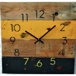 Dřevěné hodiny bohatství júlia na chatu.